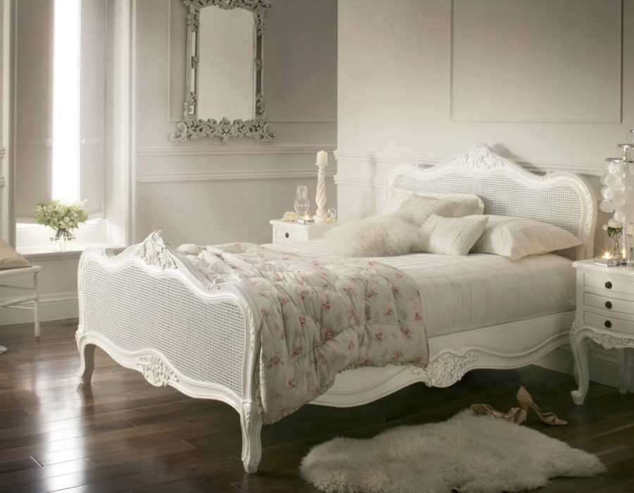 Provence-style-bedroom-The-emphasis-on-the-bed (1)